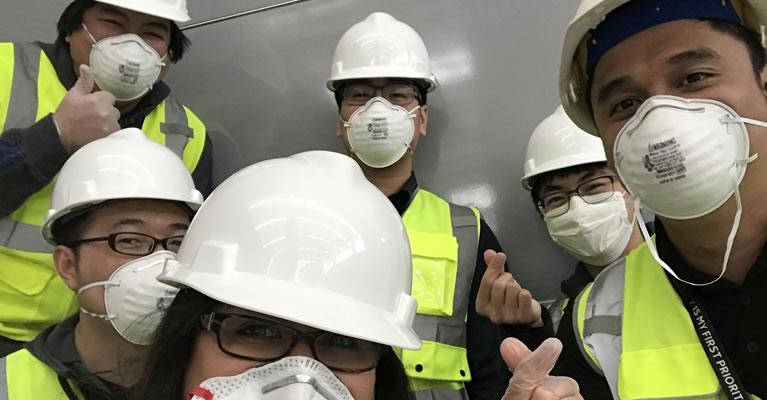 Miembros del equipo con cascos y máscaras